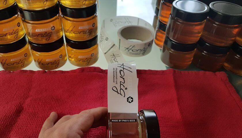 Honiggläser etikettieren