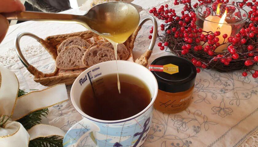 Honig in den Tee